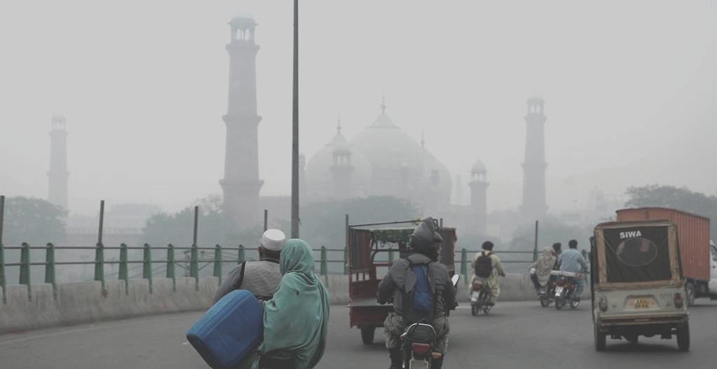 Badshahi Masjid in smog
